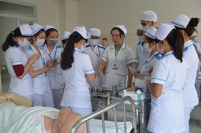 Học điều dưỡng có khó không? Có nên học điều dưỡng không?