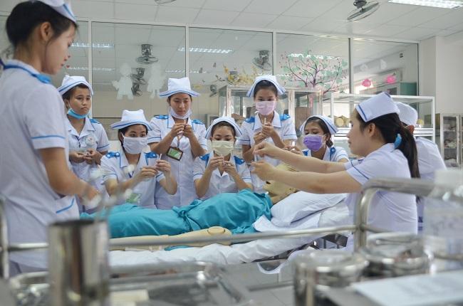 Điều dưỡng viên là người chăm sóc, giúp đỡ bệnh nhân