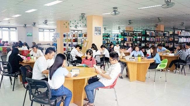 Tìm đọc sách tại thư viện trường Đại Học Đông Á