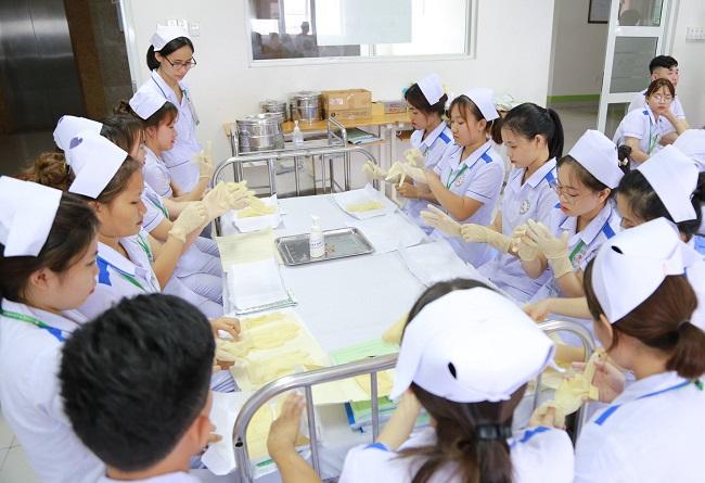 Xuất khẩu lao động ngành điều dưỡng - xu hướng việc làm hot nhất hiện nay