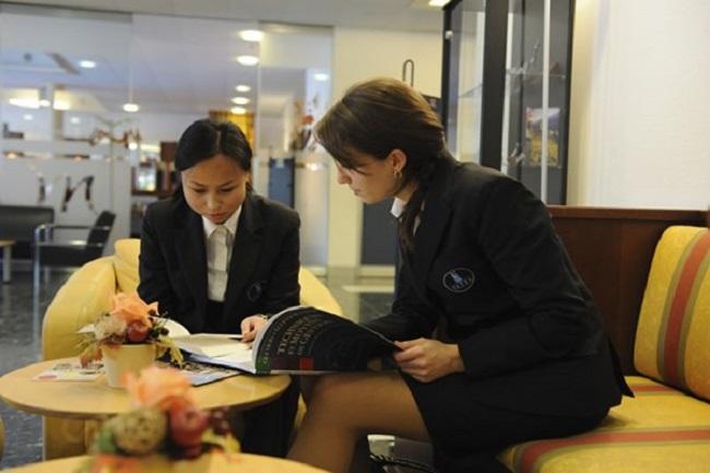 Chuyên viên kinh doanh khách sạn đang tư vấn khách hàng