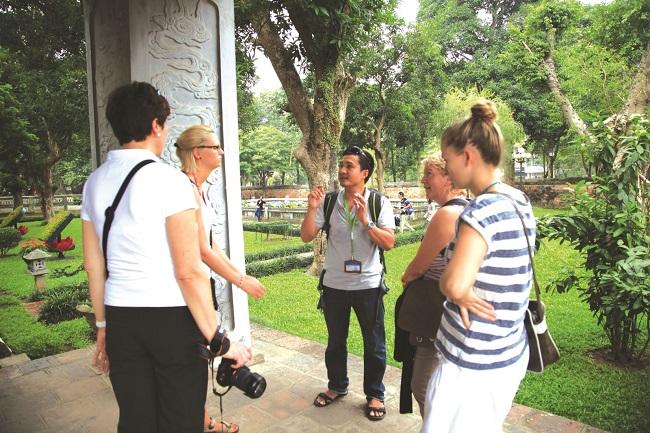 Hướng dẫn viên hướng dẫn du khách nước ngoài