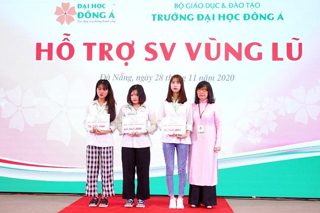 Hiệu trưởng Đại học Đông Á trao học bổng toàn phần