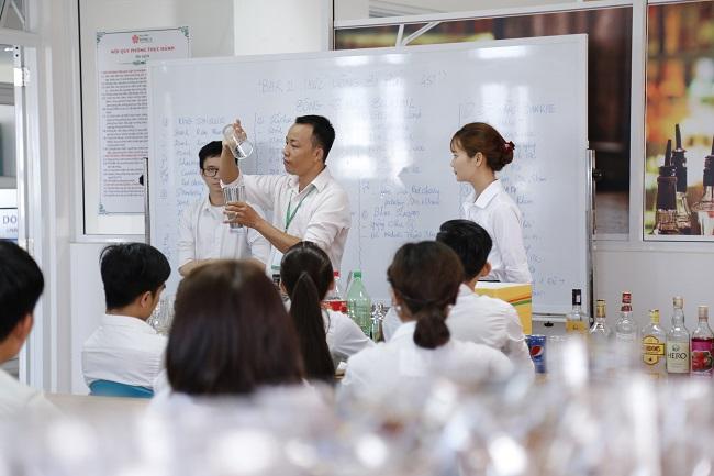Thực hành pha chế đồ uống uống sinh viên ĐH Đông Á