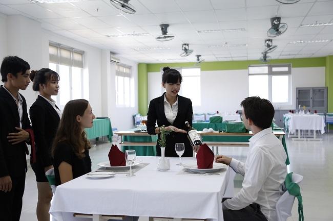 Sinh viên thực hành ngành quản trị khách sạn