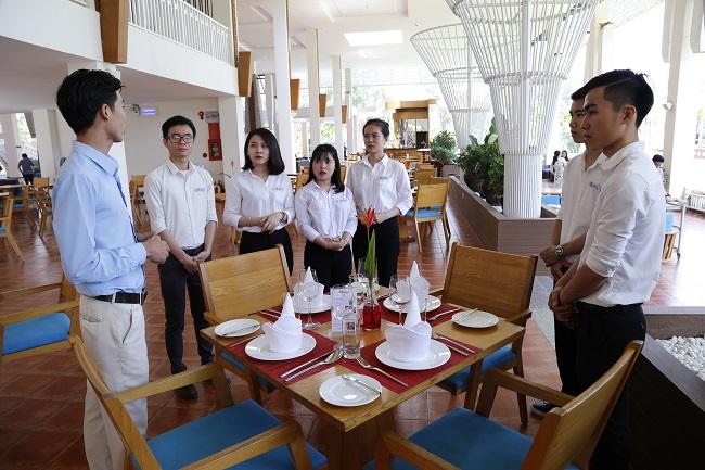 review ngành quản trị khách sạn