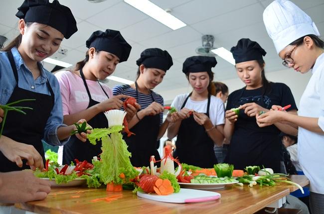 Sinh viên Đông Á thực hành kỹ năng chuyên môn ngành QTNH và DV ăn uống