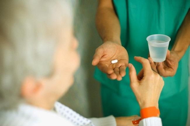 Điều dưỡng hướng dẫn bệnh nhân dùng thuốc đúng theo chỉ định của bác sĩ điều trị