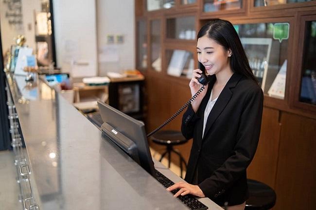 Một trong những công việc của lễ tân là giới thiệu các dịch vụ của khách sạn cho khách