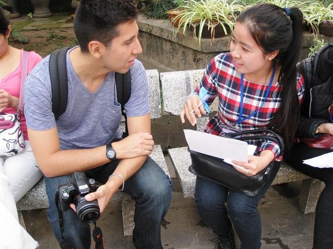 Kỹ năng giao tiếp tiếng Anh với người nước ngoài là kỹ năng mềm mà sinh viên được rèn luyện